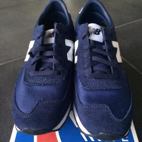 NYE NEW BALANCE SNEAKERS  Flotte og dejlige Sneakers i en fin blå.  De passer til en alm/ smal god Måler 26,5 cm  MP 400,- pp