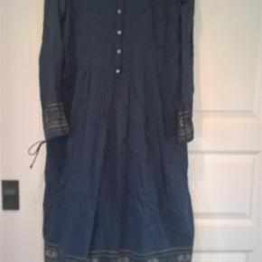 Varetype: Fin *NY* kjole :-) Farve: Blå  Fin kjole fra Noa Noa i str. XL, aldrig brugt - under er en sort underkjole (ikke fastsyet, så kan også bruges til andet). Over brystet måler den ca. (2 x) 53 cm Fra skulder og ned måler den ca. 118 cm Materialet på kjolen er 100 % bomuld og materialet på underkjolen 100 % viscose