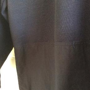 Bluse med strik foroven og andet stof forneden. Trekvarte ærmer. Stor i størrelsen, så se gerne mål. Lidt vaskefnulder. Skulder og ned 71 cm. Brystvidde 52*2 cm.