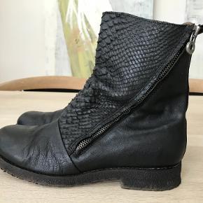 Har lige købt disse lækre støvler herinde . Desværre kan jeg ikke have en sål i . Fremstår som nye ( brugt meget lidt ) ingen slid på sål . Svarer til en normal str 39 . Min fod måler 25 cm og passer dem fint ( uden indlæg :-) ) Nypris 1200 kr . Bytter ikke