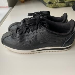 Brugt ganske få gange. De er små i størrelsen, og jeg mener, at de svarer til en størrelse 39, om end der står str. 40 i skoen.  De indvendige mål 25,5 cm.
