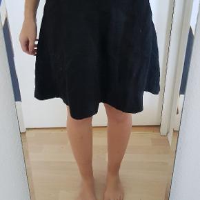 Rigtig fin nederdel med lynlås bagpå.