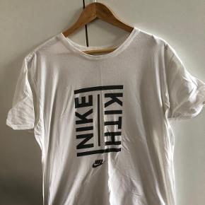 Nike x Kith t-shirt. Fik den trykt i Kith store i New York. Forvasket print, så det er ikke helt sort længere og stoffet er blevet synligt gennem printet. Se billeder