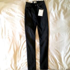 Sælger disse super lækre og aldrig brugte jeans fra Acne Studios, da de dsv. er blevet købt i en forkert størrelse. Har selv haft 2 par som jeg har været så glad for! De er super behagelige og holder farven.  Acne Studio  Model: Pin  Farve: Tar grey Str: 26/34  Ny pris: 1295kr  Kan hentes eller sendes (køber betaler porto)
