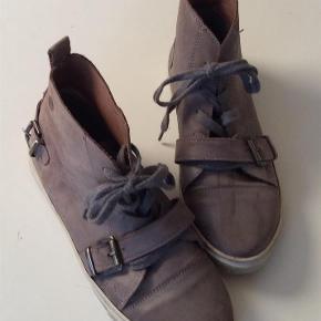 Varetype: Lækre sneakers Farve: Grå  Læder sneakers. Indvendig sållængde 24,5 cm. Brugte men velholdte og lækre.  Bytter ikke