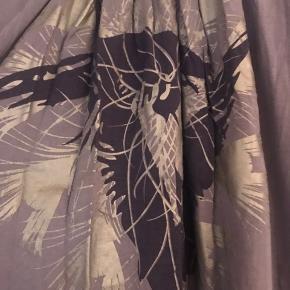 Skøn bluse i dejlig kvalitet - selve trykket kan man enten bruge foran eller bagpå - efter hvad man har på. Den har et lidt strammere bredt  bånd forneden som gør at blusen ligesom poser lidt og giver en fed detalje 👍🏻  Byd!