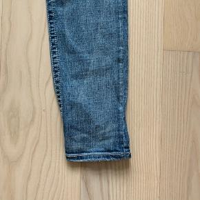 Glitter Miss Me jeans med nitter og zirkoner. Størrelsen er 31. Født med slid mærker og små huller. Super pasform. Model skinny.