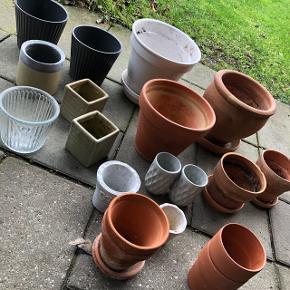 Forskellige potter med og uden underskåle. Frit valg 10kr