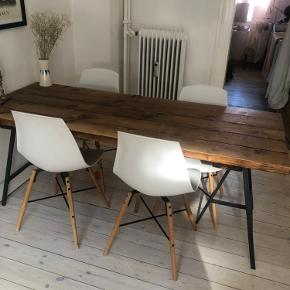 Hipstory spisebord ny pris 4500 sælges til 2000 kr. stole sælges for 200 pr styk for hele sættet 2500 kr