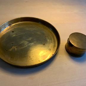 Smukt, gammelt messingfad, 31 cm, og messingdåse, 10 cm. Trænger til pudsning.
