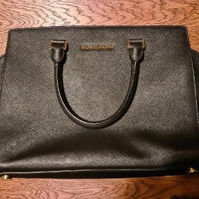 Den er i rigtig flot stand, selv efter det var en hverdags taske for mig engang og min yndlings taske.