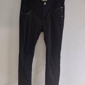 Jeans i størrelse 31. Længden er 104 cm., og  taljen er 43 cm. gange 2.  98 % bomuld og 2 % elestane.