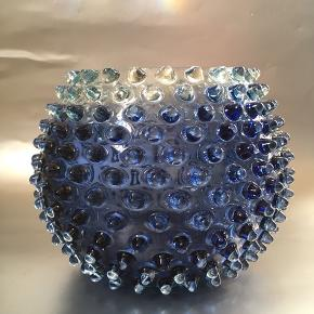 ⚡️⚡️ Tilbud i dag⚡️⚡️   Stor, håndlavet tjekkisk krystal pindsvinevase i changerende petroliumsblå.  H: 13 cm. Ø: 18 cm. 350kr. Sendes eller leveres til Århus og Kbh mod forudbetaling.