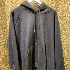 Sælger denne fine oversized hoodie fra Neo noir, da jeg ikke kommer til at gå med den. Den er brugt en gang og fremstår derfor som ny. Str: S - fitter også M, da den er meget stor NP: 599,- MP: 250 eksl. Fragt