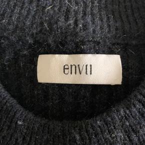 Lækker sweater fra Envii. Den er brugt i en periode, så standen er fin, men der er lidt fnuller, som kan fjernes med barberblad.