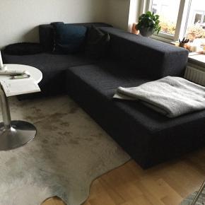 BILLIG ! Perfekt 1. gangs sofa eller sofa til teenageafd., eller legerum. Fungerer også fint som sovesofa. Sofa tegnet af Arkitektstuderende. Meget unik og ekstrem fleksibel. Består af de 4 dele på foto. 2 rektangulære moduler og 2 arm/ryglæn. Kan sættes sammen efter temperament. Se fx billede 2. Kan også være helt lang. 4 år gammel. Rigtig god kvalitet. Har mange år endnu.