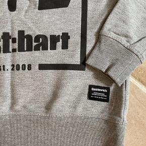 Super lækker sweatshirt fra Cost:bart, str. M, som svarer til en str. 152.  Grå med print  foran, og en lille print bagpå.  Passer bare til det hele.  Ligger mellem næsten ny og gmb.  Nypris: 399,- Mp: 100,- pp