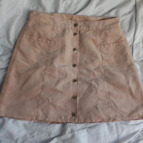 Sød nederdel med knapper