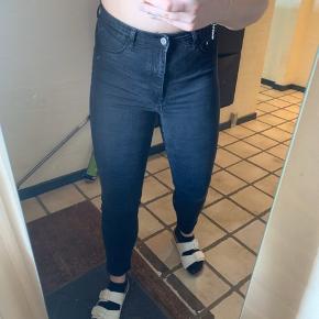 H&M Jeans, Næsten som ny. Sabro - Jeggings High Waist Str. 30/32. H&M Jeans, Sabro. Næsten som ny, Brugt og vasket et par gange men uden mærker eller skader