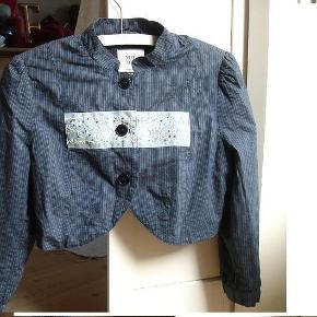 Varetype: Kort jakke fra Noanoa Farve: Blå