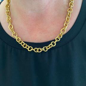 Rigtig flot forgyldt halskæde, kæden måler 45 cm og er helt ny.  Har 2 stk af denne slags  Fast pris og bytter ikke