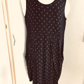 Skøn kjole i viscose. bm 63 x 2 og læ 103 cm.