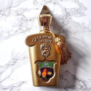 Xerjoff Lira 100 ml Eau de Parfum.  Fantastisk luksus unisexparfume (herreparfume/dameparfume) fra det italienske parfumehus Xerjoff, med noter af bergamot, blodappelsin, lavendel, lakrids, kanel, karamel, vanilje og musk mm. Helt vild performance, og projection - kan duftes i flere dage på tøj.   Helt ny 100 ml parfume, kun testet.  Eventuelt byttes til anden parfume/parfumer.  Afhentes, eller kan sendes med DAO for 37,- ekstra.  Tjek også mine andre annoncer, der kunne være andet som havde interesse.