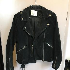 Lækker ruskindsjakke fra Selected Femme. Modellen hedder Sfsanella leather jacket. Jakken har lidt slid. Den kan prøves i Aarhus C