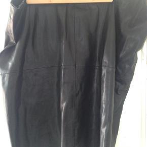 Brand: Ms mode Varetype: Midi Farve: Sort Oprindelig købspris: 500 kr.  Passer til str. 52-56 da den kan strækkes lidt.   Virkelig blød og lækker nederdel i imiteret læder, der ser ret ægte ud.   Røgfrit hjem.   Forsendelse er med DAO men undersøger gerne om det evt. kan sendes billigere.   Sælger ud af mit tøj da jeg er alt for god til at købe og købe og så ligger det bare og samler støv i skabet. Det meste er brugt en enkelt eller to gange eller også er det helt nyt.  Husk at tjekke mine andre annoncer med tøj i store størrelser! :)