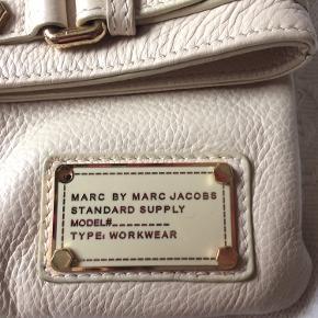 Tasken er som ny men det er faldet en skrue ud fra pladen ( se billede )- man kan sætte en ny i