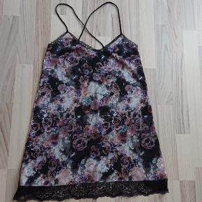 Købt i Spanien i en lokal mode butik, kender ikke mærket, men den er lækker i stoffet, silkeblød og med indbygget underkjole