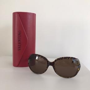 Red Valentino solbriller sælges, da jeg ikke får dem brugt. De er købt i NY (Saks Fifth Avenue) for ca en del år siden efterhånden (måske fra 2012). Nypris husker jeg ikke og kvittering er for længst smidt væk  Har brugsspor (svært at tage billede af lille bitte ridse/hak) og derfor prisen  Kan afhentes og prøves i Gentofte