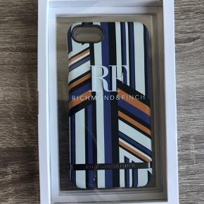 Et splint og nyt iphone 7/8 richmond and finch cover Det er aldrig blevet brugt, eller taget ud af pakken BYD gerne:)