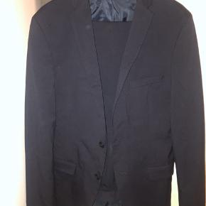 """Selected Homme habit """"identity"""" i mørkeblå, brugt få gange, nyrenset, str 46 bukser og matchende jakke."""