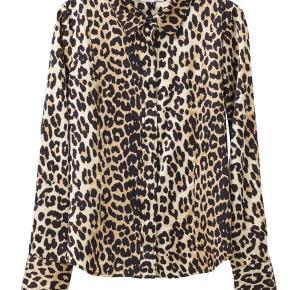 Den flotteste skjorte/bluse fra Ganni i dey populære leopard mønster. 92% silke.   Brugt 2 gange.  Nypris 1800 kr.