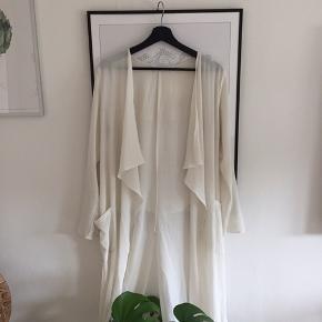 Fin hvid cardigan med slis. Str. Ikke oplyst men vil sige det er en lille M. Den er fra den italienske mærke Zuiki og er en outlet edition.