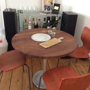 Spisebord købt til et Madklubben lagersalg. Brugsspor, pris sat derefter. Diameter: 90 cm.