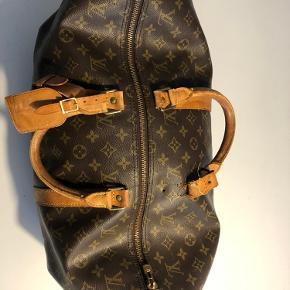 Louis Vuitton keepall cloth 48h taske.  Brugt, men i super fin stand. Købt på Vestiaire Collective for et par år siden, så derfor ingen kvittering, men sikkerhedsgodkendt af teamet bag (bevis fremsendes ved køb).  Den ene rem er gået op i syningen, men kan sagtens sys igen.    Skriv hvis du har spørgsmål. Se gerne mine andre annoncer 💛