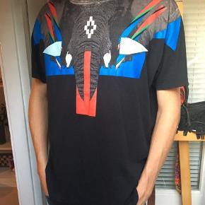 SUPER FED MARCELO BURLON T-shirt🎉😎 Nypris: 2400kr Din pris: 750kr ekslusivt fragt Små dele af printet har tegn på slid, men hele printet er intakt- all in all super fed trøje. Sendes gennem DAO, skriv hvis du har spørgsmål👏🏽