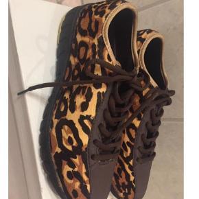 Varetype: Sneakers Farve: Leopard  Aldrig brugt - str. 38 - mp. 300 kr pp via mobilepay. Bytter ikke.
