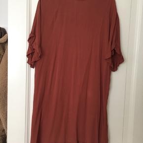 """Boii kjole fra sidste år med fine """"krøllede"""" detaljer på ærmer og bund. Sælges da jeg ikk får den brugt."""