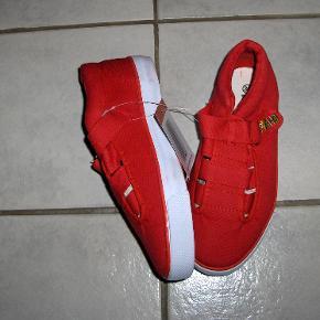 Søde røde gummisko med kraftig skridsikker sål og velcrolukning.