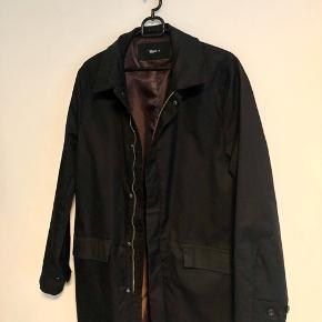 Flot jakke til hverdagsbrug og fine selskaber!   Brugt et par gange, men står næsten som ny!