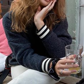 Lækker sweater fra Ganni i mørkeblå med halvlang lynlås bagpå. På første billeder bærer jeg sweateren med bagsiden som front, hvilket i øvrigt også ser super godt ud ☺️ Kan desuden passes både af x-small, small og medium 🤩 Kan hentes på Østerbro eller sendes med DAO.