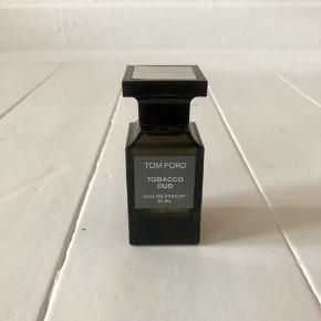 Storslået. Varm. Vanedannende. Private Blend Tobacco Oud udforsker en hemmelig historie om vanedannende arabiske passioner - med resin af udsøgt agartræ og aromatisk tobak. Duften er en perfekt kombination af hypnotiserende noter af agartræ og arabisk tobak inspireret af 'dokha' en blanding af urter, blomster, bark og krydret tobak. Både til kvinder og mænd.  Nypris: 1550 DKK