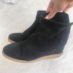 Fine pavement kilehæle i ruskind.  Den ene sko har dsv mistet en dut bagpå, men ses ikke når skoene er på.  Np 900kr.