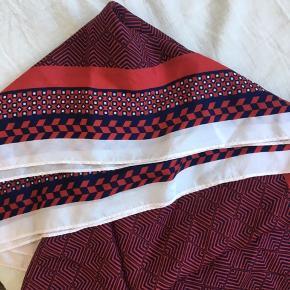 Silkehalstørklæde fra Becksöndergaard i en fin stand. Det har enkelte pletter på sig.  Måler ca 1x1