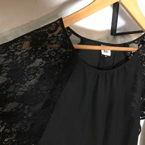 Flot sort top med blonde-flagermus-ærmer  Ny med prisskilt