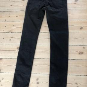 Bukserne er aldrig brugt og helt nye. Størrelse 29/34. Fejlkøb.