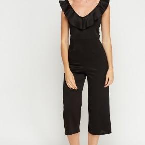 Smuk buksedragt fra mærket Bella Moda. Brugt 1 gang, til juleaften. Den er ret kort i benene (jeg er 168 cm).